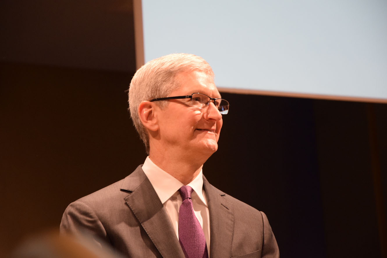 Tim Cook Bocconi Milano rallentamento degli iPhone