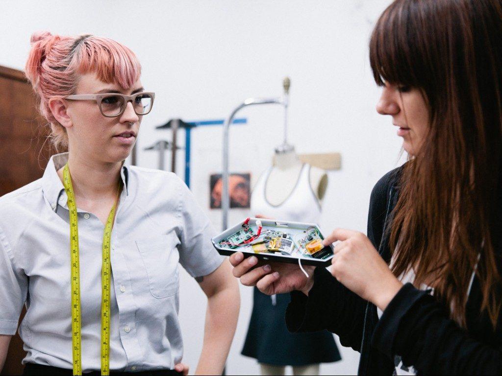 a stilista Becca McCharen e Karli Cengija, innovation engineer di Intel...