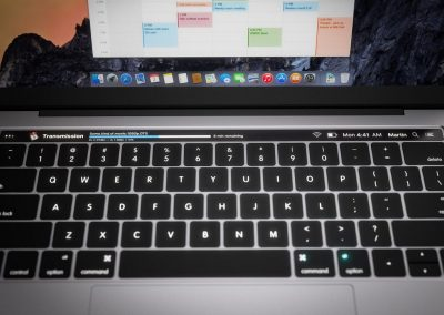 Nuovi Mac Book Pro con display Oled -frontal Concept