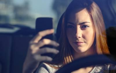 Smartphone alla guida: i cartelli stradali rilevano l'uso improprio