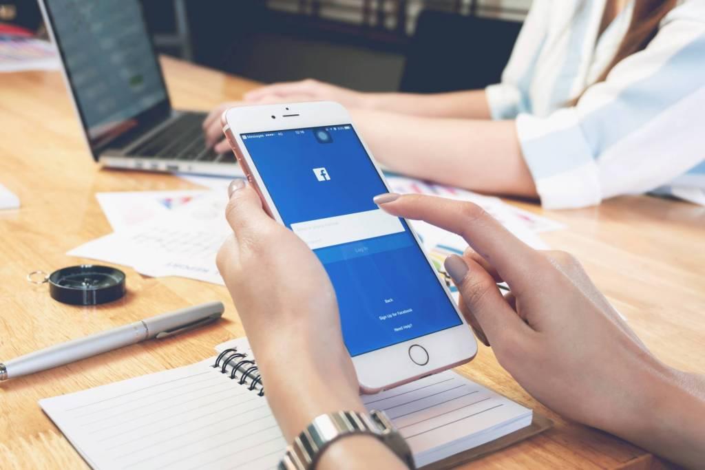 Facebook: anche il numero di telefono in mano agli inserzionisti
