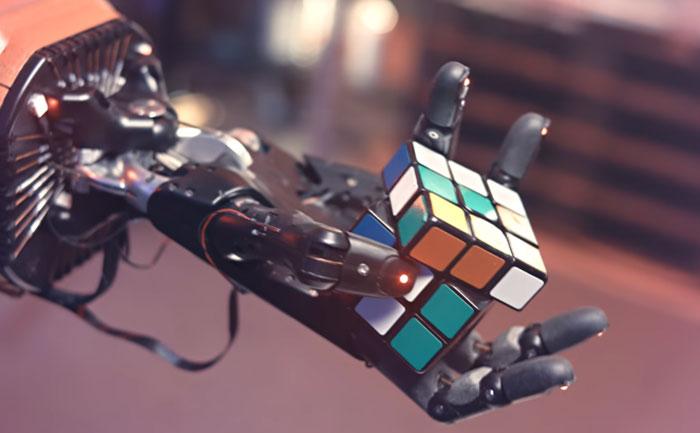 Dactyl con il cubo di Rubik