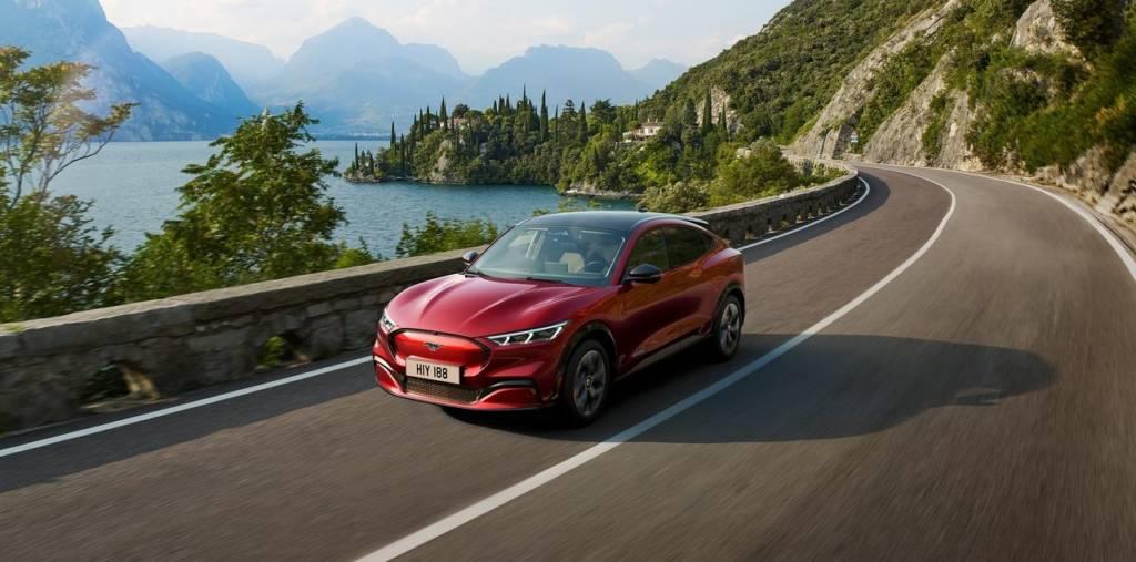 Ford Mustang Mach E su strada