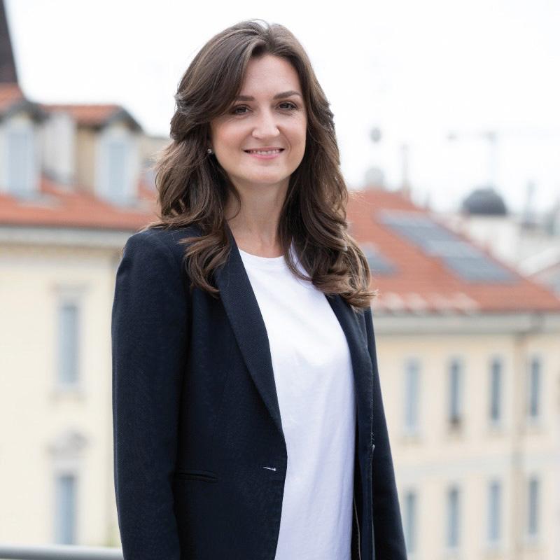 Elena Lavezzi. Le donne italiane di successo più infleunti.