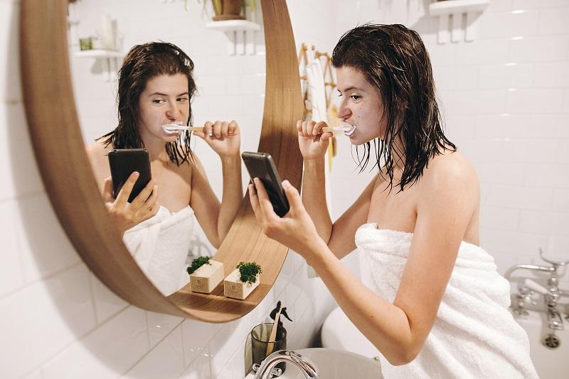 utilizzo dello smartphone in bagno