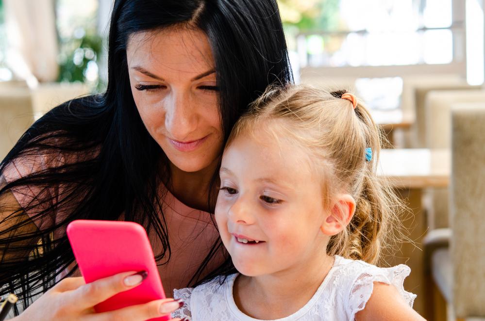 Sharenting, i rischi della condivisione delle foto dei figli sui social